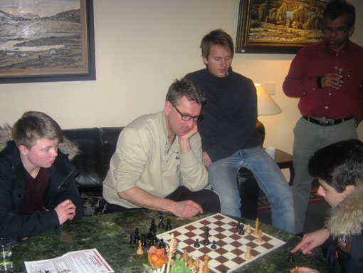 Simen Agdestein analyserer sitt parti mot Volkov sammen med Aryan Tari og Kristian Stuvik Holm. Foto: Øystein Brekke